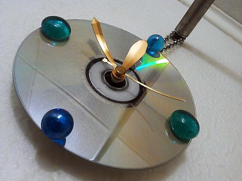 (27.02.2013 blogger) Сделал часы - Из CD-диска и пары шариков из стекла