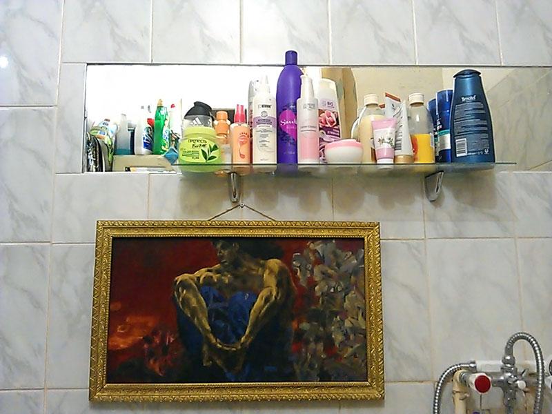 (27.02.2013 blogger) Демон сидящий - Под полочкой в ванной