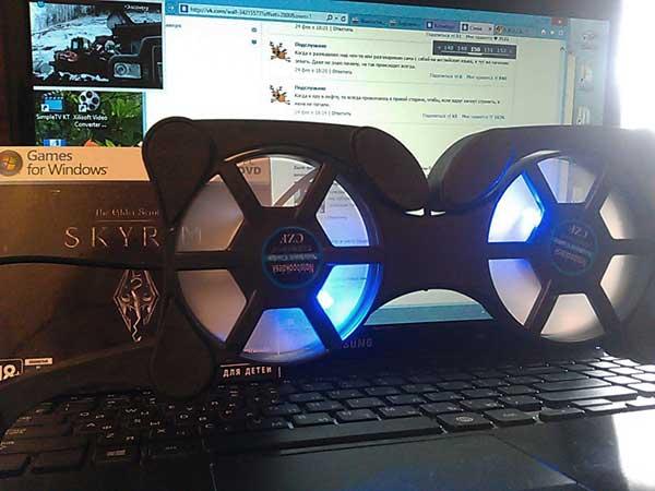 (17.04.2013 blogger) Подставка под ноутбук - И игра Скайрим. А на фоне - паблик Подслушано Вконтакте