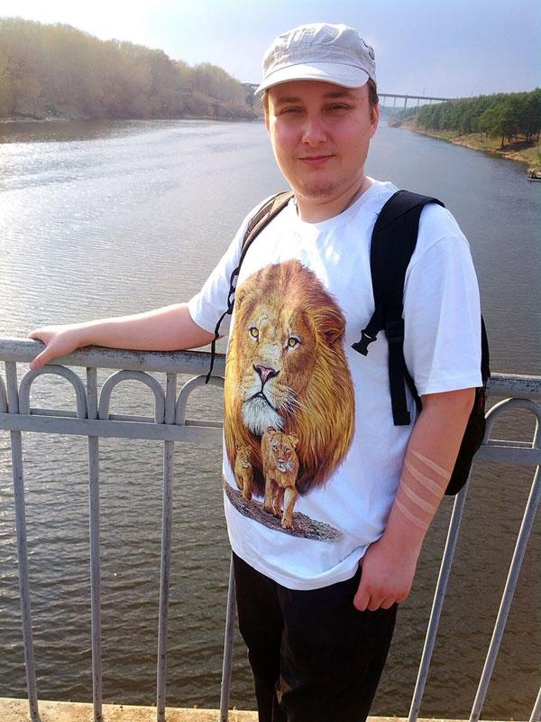 (09.05.2015 me, gorod, doroga) Я на мосту в Каменске - Футболка со львом и белая татуировка на руке