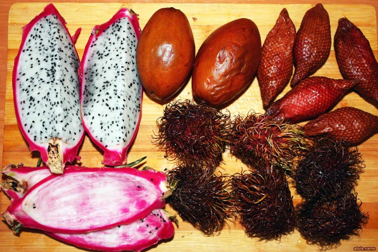 (13.12.2017 food) Экзотические фрукты - почти как из Таиланда - Питахайя, саподилла, салак (снейкфрут или змеиный фрукт) и рамбутан. А вот мангостин гнилой оказался.