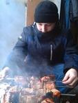(02.03.2013 me, food) Шашлыки - Переворачиваю мясо