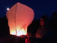 (02.06.2013 blogger) Выходные - Алена запускает фонарик на фоне полной луны