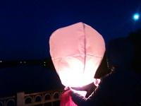 (02.06.2013 gorod) Выходные - Алена запускает фонарик на фоне полной луны