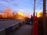 (23.04.2015 blogger) Гуляем с Сашей по Каменску - Алена. Горбатый мост. От заката дома на востоке просто золотые