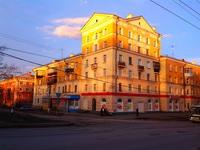 (23.04.2015 blogger) Гуляем с Сашей по Каменску-Уральскому - Золотой дом из-за заката